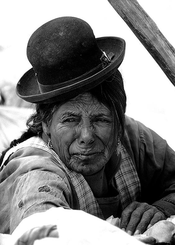 Ritratto di donna boliviana con cappello sulla testa, Bolivia
